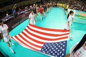 图文:美国女排3-0巴西夺冠 擎美国国旗入场