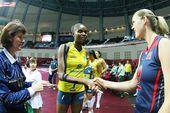 图文:美国女排3-0巴西夺冠 法比亚娜塔马斯握手