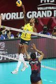 图文:美国女排3-0巴西夺冠 法比亚娜高点进攻