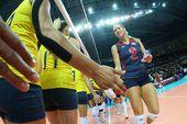 图文:美国女排3-0巴西夺冠 美国队长和巴西握手