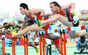 北京时间今天上午9时50分,刘翔在时隔四年后又一次踏上世锦赛的跑道,在110米栏的预赛中以13秒20小组第一的成绩进入半决赛。翔飞人在大邱世锦赛上的首秀显得轻轻松松。