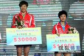 图文:中国乒乓球公开赛颁奖瞬间 颁发奖金