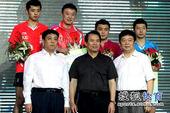 图文:中国乒乓球公开赛颁奖瞬间 马琳可爱笑脸