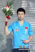图文:中国乒乓球公开赛颁奖瞬间 马龙手捧花束
