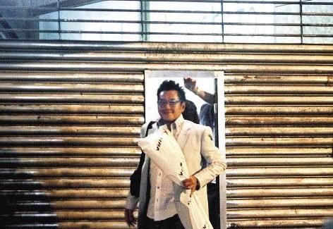 谭咏麟生日宴客,穿着白色西装开心得像新郎一样(图来自东方新地)