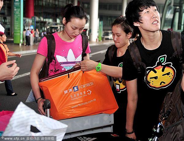 图文:女排抵京似购物归来 似购物归来