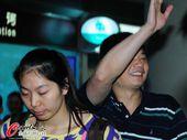 图文:女排抵京似购物归来 俞觉敏微笑挥手