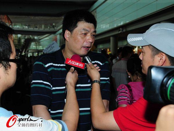 图文:女排抵京似购物归来 俞觉敏接受采访