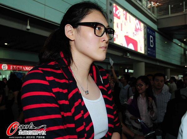 图文:女排抵京似购物归来 大梅没有表情