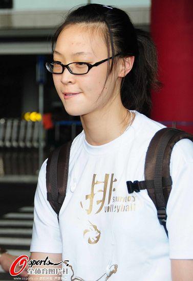 图文:女排抵京似购物归来 眼镜女孩惠若琪