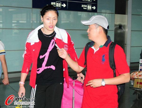 图文:女排抵京似购物归来 马蕴雯接受采访