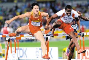 刘翔(左)和古巴选手罗伯斯在决赛中发生手臂碰撞。新华社发