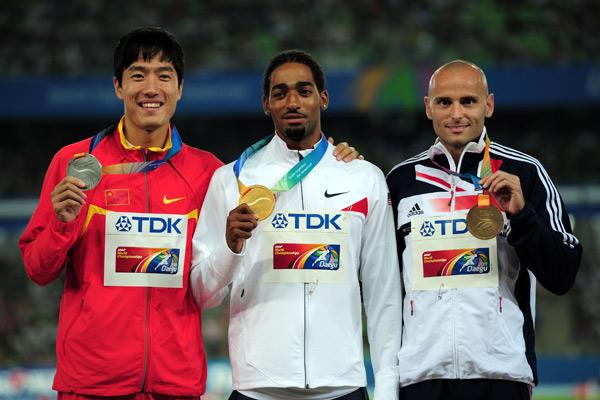 图文:男子110米栏颁奖仪式 前三名选手合影