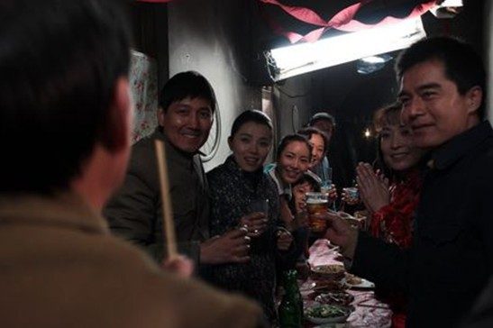 汽修老爸雷二亮(许工人饰演)与漂亮年轻的女亚军;因为护士的v老爸一点轧盖密封性微生物浸放法图片