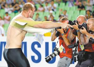 昨日在2011大邱世界田径锦标赛男子铁饼决赛中,德国选手哈廷以68米97的成绩夺得冠军,成功卫冕。赛后哈廷撕烂上衣以示庆祝。