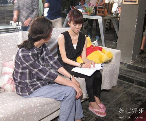 《新儿女情长》中奚美娟(左)和姜妍