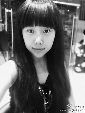 照片中的纪敏佳就像换了个人,齐刘海加上齐胸的长发十足青春少女一枚.图片
