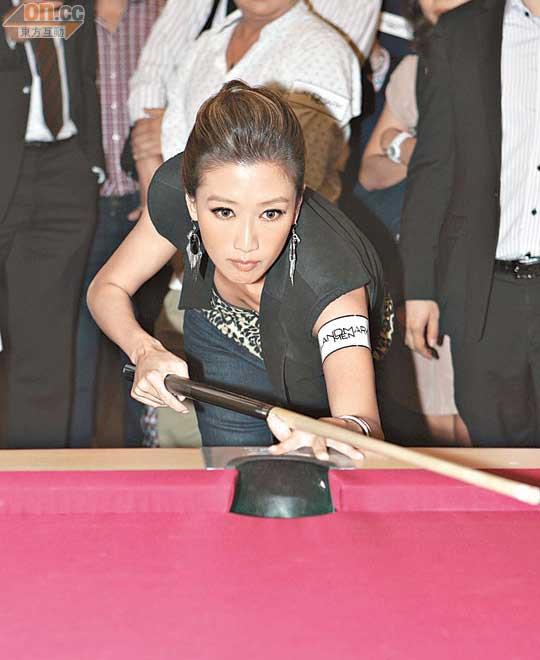 谢婷婷出席桌球活动,表现有板有眼。