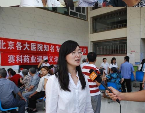 上图为赛科药业党委张薇书记接受新疆电视台采访