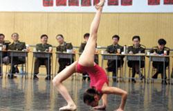 军艺入学考试,一众考官看形体展示。