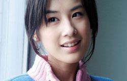 黄圣依2001年考入中戏,大学期间拍了周星驰《功夫》一炮而红。