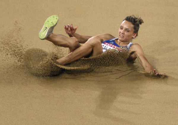 三级跳沙坑_图文:田径世锦赛女子三级跳 跳入沙坑瞬间