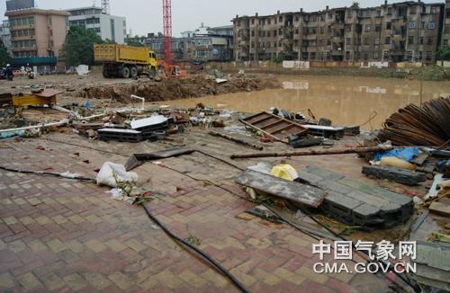 日下午近4时,莆田市气象局附近某在建工地受暴雨侵袭后一片狼藉