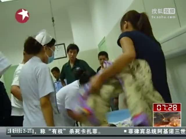 视频:浙江海宁回头潮吹毁护栏20多人受伤- 高清