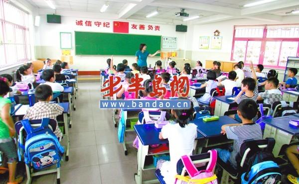 9月1日,一年级新生开学第一天,堵车成了大家最热议的话题,据了解,这天岛城多条主干道出现不同程度的堵车。而对于正式步入学堂的孩子们来说,更多的则是兴奋与好奇,各个学校都是怎样给他们上第一堂课的呢?记者走进青岛市实验小学、东川路小学,重新当了一次小学生,陪同一年级新生一块听课,看看第一课老师们都讲了啥。   A 市实验小学 提前做足了准备,课文不用教都会念   9月1日上午7时30分,当记者赶到青岛市实验小学时,远远望向人头攒动的校门口还以为遇到了大批同行,长枪短炮的单反相机、DV 摄像机正对准校门口猛