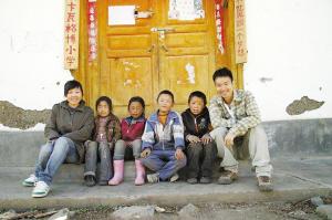 刘老师左一和她的藏族学生。网友秋子 摄