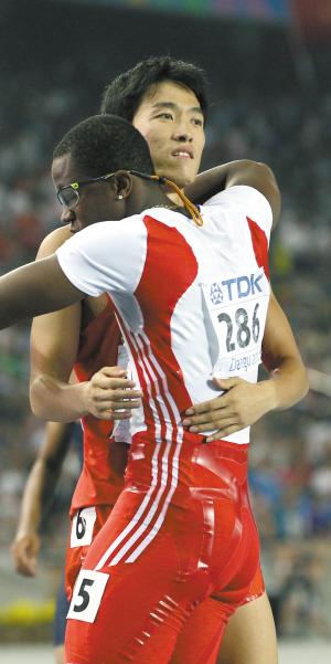 """110米栏决赛后,罗伯斯(左)第一时间表达了歉意,刘翔也无数次地用""""没关系""""展示自己的大度。但唯有独自一人时,他才会流下失望的眼泪"""