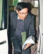 陈志云从昨晨返回电视城后一直忙于工作,至晚上8点半仍未离开。图片来源:香港《星岛日报》