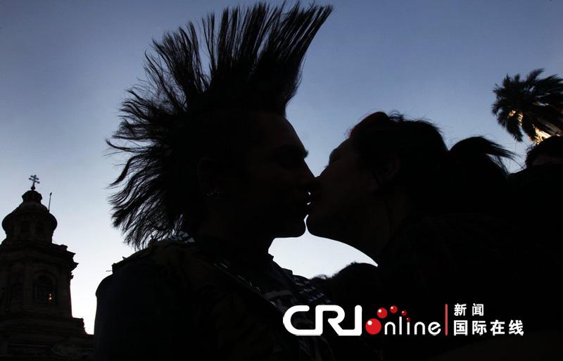 接吻 柳小倩-智利首都100多名学生集体接吻呼吁教改 ...