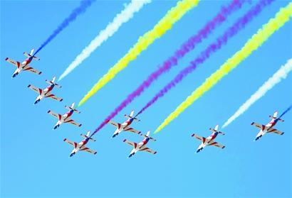 """图一:""""红鹰""""飞行表演队在做飞行表演。在吉林长春首届航空开放日上,中国空军三代飞机初教-6、教-8和歼-10齐亮相。"""