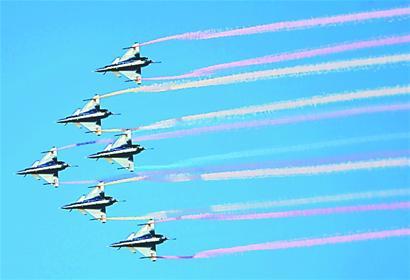 图三:八一飞行表演队的歼—10飞机,进行了精彩的特技飞行表演。