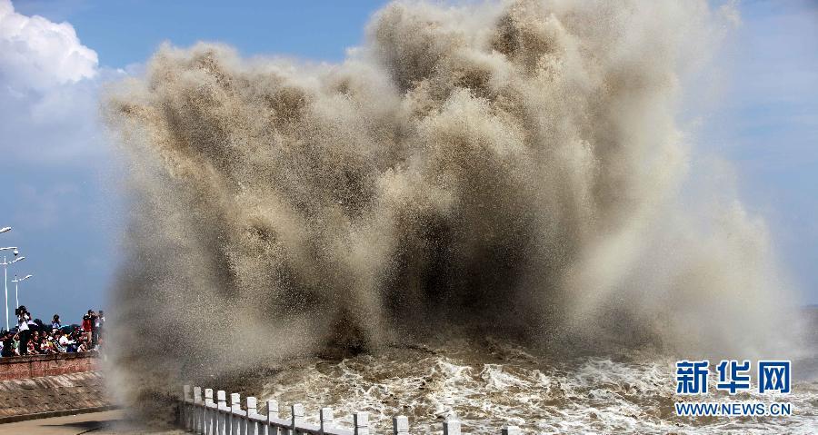 气势磅礴众人围观 钱塘江大潮形成