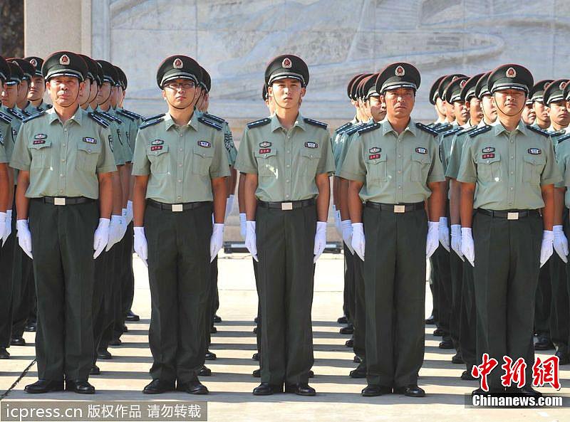 07军装稠酒常服-兵率先换着新式军服 搜狐滚图片