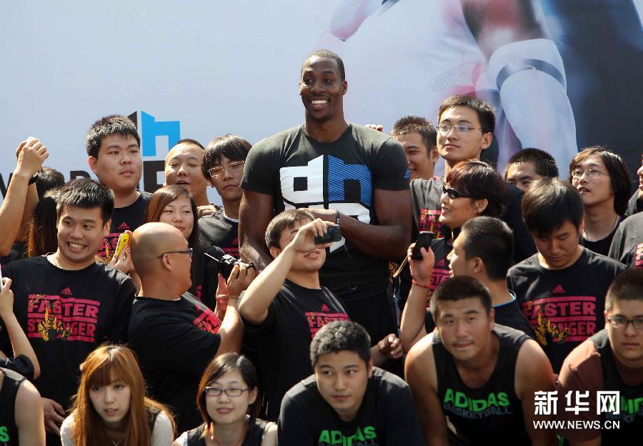 当日,nba奥兰多魔术队球员霍华德在北京地坛体育行挠肭蛎越行交流