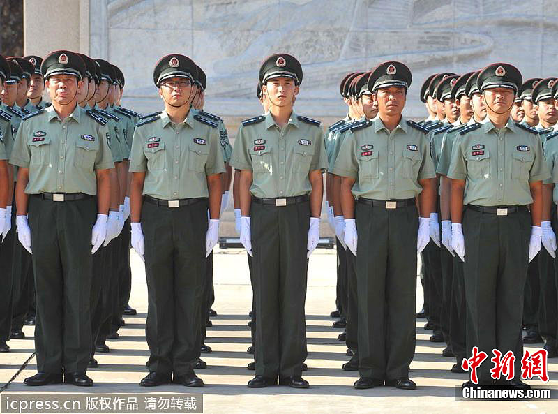 陆军军官短袖夏常服_首都预备役官兵率先换着新式军服(组图)-搜狐滚动