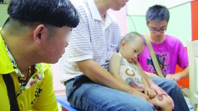 藏獒主人(左)陪伤者看病。
