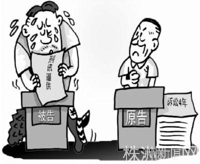 9月1日,当事人齐晓晖手拿申诉书在永州市公安局零陵分局门口。(记者 李丹/摄)