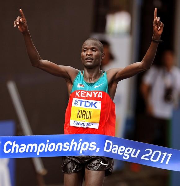 肯尼亚选手基鲁伊冲过终点
