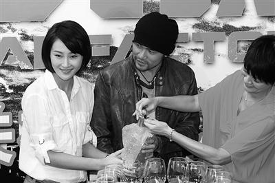 昨天,林鹏(左)、周杰伦在《逆战》关机仪式上合力倾倒香槟酒