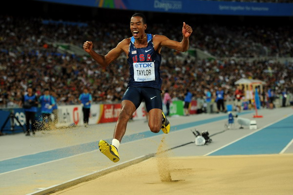 三级跳沙坑_图文:男子三级跳远决赛 泰勒跳入沙坑