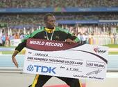 图文:男子4X100米接力颁奖仪式 展示奖金支票