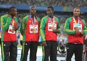 图文:男子4X100米接力颁奖仪式 季军展示奖牌