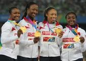 图文:女子4X100米接力颁奖仪式 美国展示奖牌