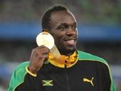 图文:男子200米颁奖典礼 博尔特展示金牌