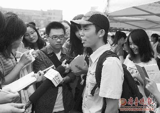 9月4日,贾作胜(戴鸭舌帽者)报到,媒体如同追星。本报记者 周青先 摄