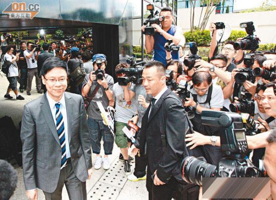 陈志云每次出庭都有很多记者追访,王喜仍然毫无惧色